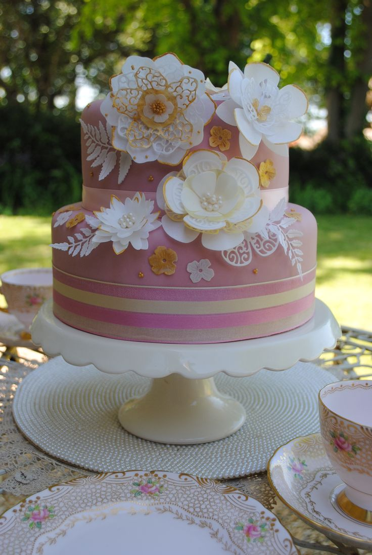 Perfect vintage floral design for summer. Delicate wafer paper flowers and leaves adorn this cake in a cascaded effect. All edible and coloured with gold metallic paints.