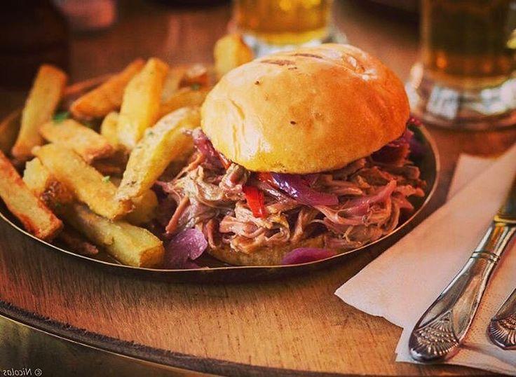 """87 mentions J'aime, 1 commentaires - Steakhouse (@paris_texas_restaurant) sur Instagram: """"Le pulled pork burger, une petite tuerie 🤘⚡️Porc fumé effiloché @julienlaffitte 📸😘 #paristexas…"""""""
