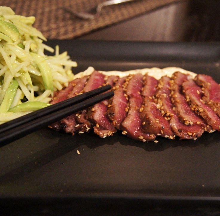 Tataki de boeuf, salade de poires et avocat, mayonnaise thaï maison 2 portionsPréparation : 30 minutes Tataki de bœuf- 300 gr de bavette de boeuf- 2 cuillères à soupe d'huile de sésame- Sel et poivre- 1 cuillère à soupe de beurre- 1 cuillère à soupe d'huile d'olive- 6 cuillères à soupe de graines de sésame1- Assaisonnez le bœuf avec l'huile de sésame, le sel et le poivre.2- Roulez dans les graines de sésame pour former une croute sur le morceau de bœuf.3- Chauffez le beurre et l'huile…