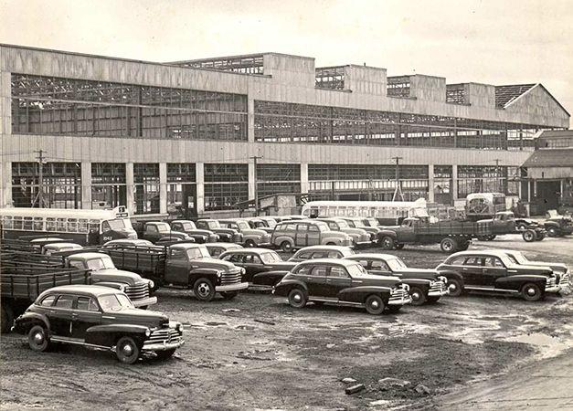chevrolet8a-texto Pátio da fábrica da General Motors do Brasil em 1948, ainda não concluída, com uma amostra de sua produção na época: ônibus e caminhonetes com carrocerias nacionais – metálicas e de madeira, caminhões com cabines já fabricadas no Brasil e automóveis Chevrolet aqui montados (fonte: site felipebitu).