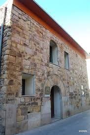 Antic Hospital dels Pobres (1521) Fundat per l'il.lustre fill de Tremp ,Jaume Fiella. Actualment és la seu de les dependències Judicials.