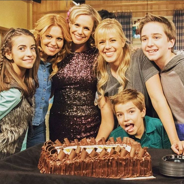 Fuller House Cast & Cake