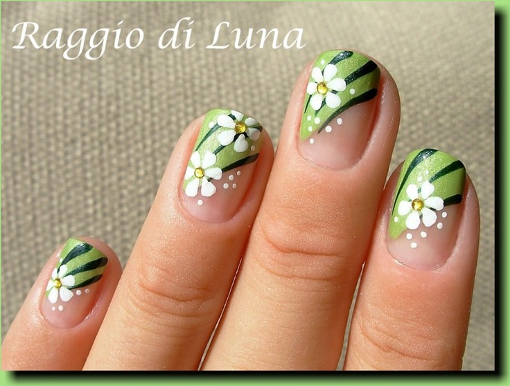 Raggio di Luna Nails: White flowers on green carpet