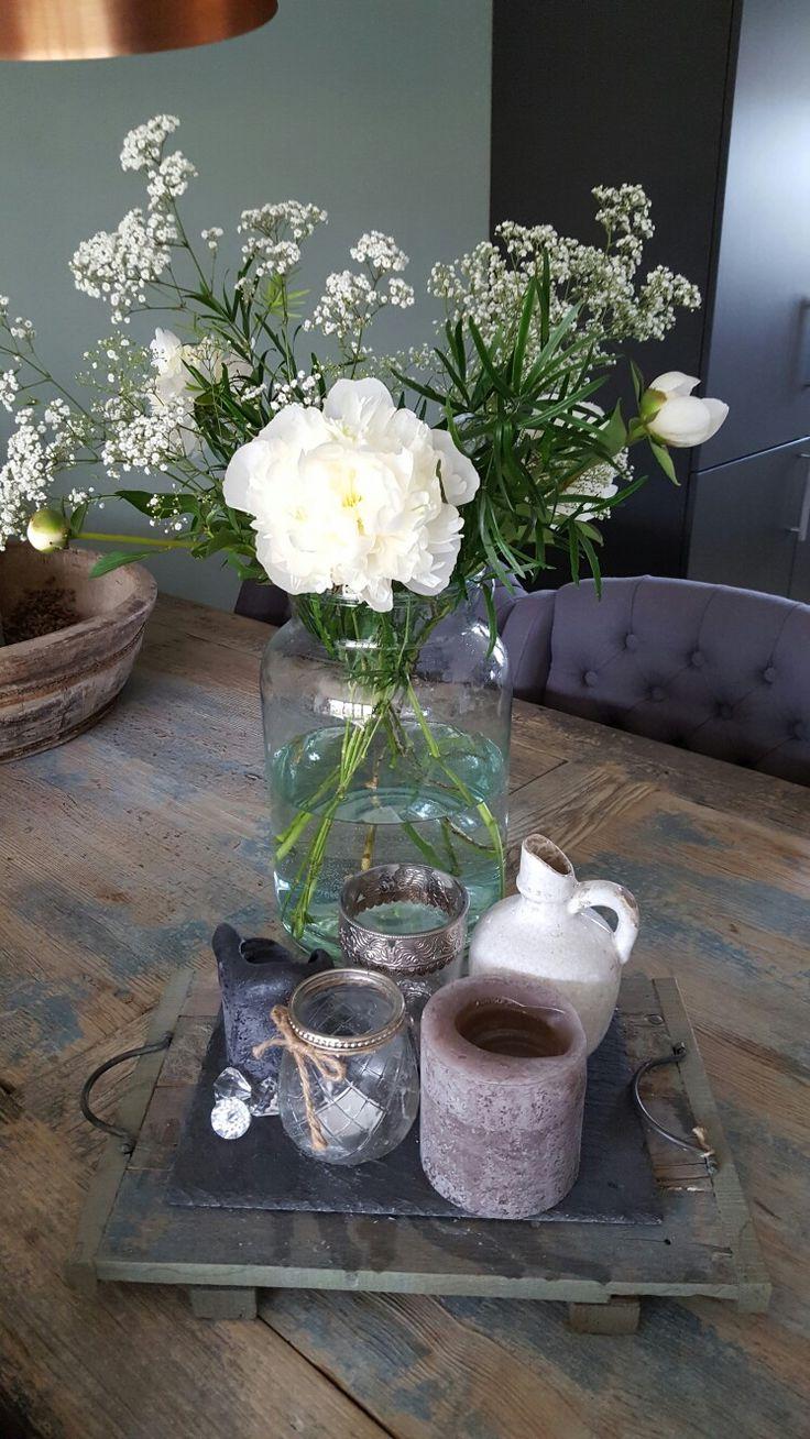 Kloostertafel decoratie pioenroos. #landelijke stijl #pioenroos #kloostertafel #hout #bloemen #vaas