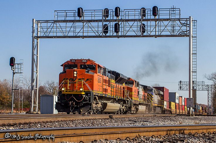 https://flic.kr/p/213YWXm | BNSF 8515 | EMD SD70ACe | BNSF Thayer South Subdivision | A northbound intermodal rolls through the signals at the CN Junction in Memphis while traveling on BNSF main 1.