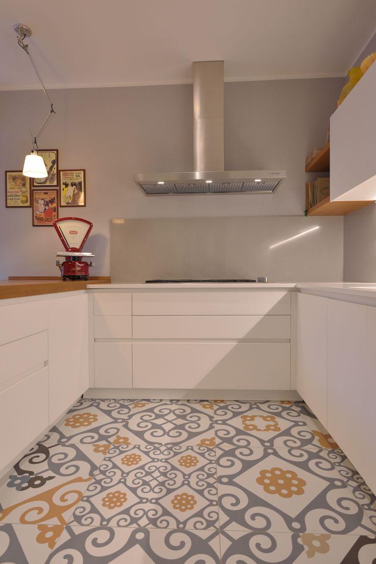 Ancora un dettaglio della meravigliosa cucina in style white con pavimento in cementine.  Vuoi dettagli? Contattaci! --> 348 2205375 / info@gioacchinobrindicci.it