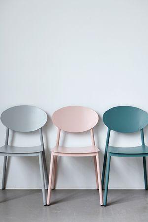 Nos encantan las nuevas sillas de metal #housedoctor - además de que son de diseño y colores bonitos son muy comodas #sillas #chairlove #muebles #estilonordico #diseño #deco