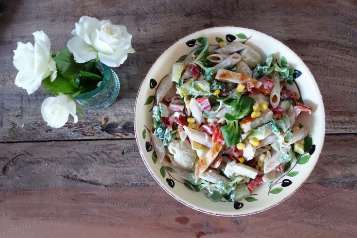 Cremet pastasalat med kylling og bacon og en virkelig lækker creme fraiche dressing. På under 1/2 time har man en velsmagende og mættende ret.