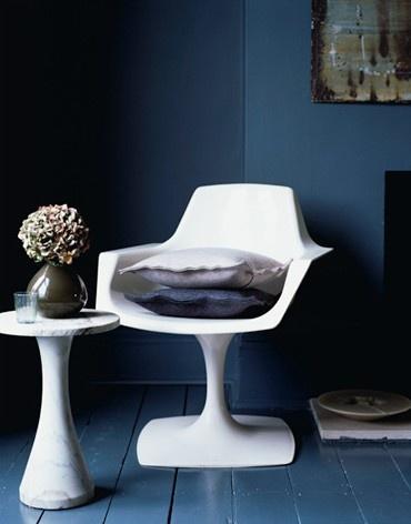 contrast: navy wallsWhite Chairs, Darkblue, Blue Walls, Interiors, Colors, Dark Walls, Indigo Blue, Painting Floors, Dark Blue