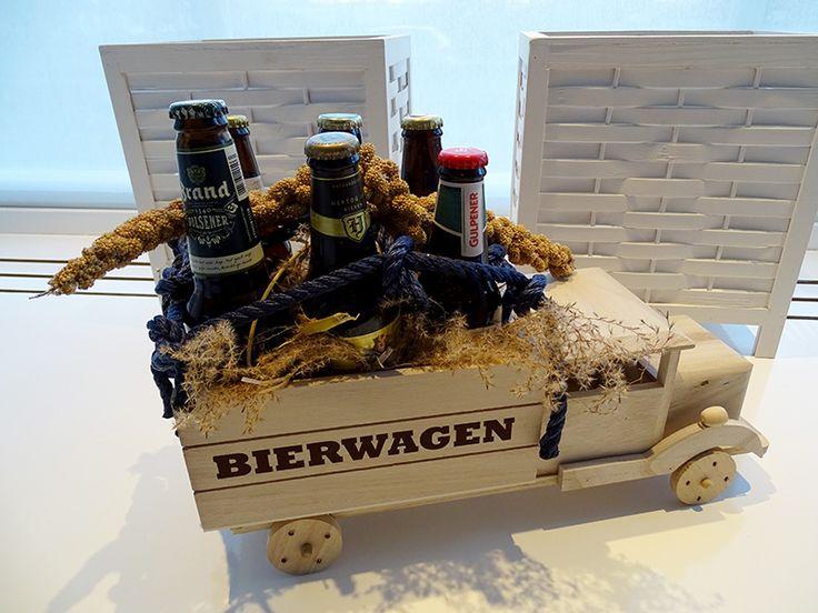 Een stoer cadeau voor echte mannen, de bierwagen! Met droogbloemen en touw gedecoreerd.