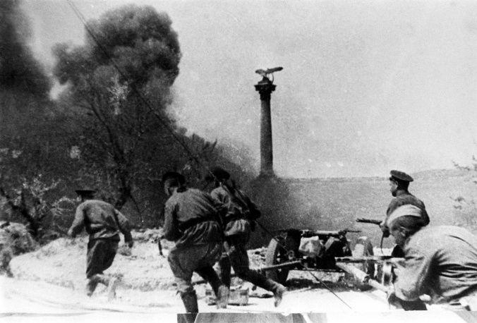 9 мая 1944 года город был освобожден, 12 мая капитулировали последние немецкие войска в Крыму, оборонявшиеся на мысе Херсонес. На фото: посл...