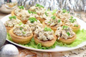 Салат в тарталетках Новогодняя рыбка: Ингредиенты: Масло сливочное несоленое — 100 г Сметана 15 %-ной жир. — 2 ст. л. Яйца — 2 шт Соль — 1 щепот. Разрыхлитель — 1 ч. л. Печень трески — 200 г Огурцы маринованные — 2 шт Яйца — 2 шт Сыр — 50 г Майонез — 2-3 ст. л. Муки пшеничная высшего сорта — 120 г