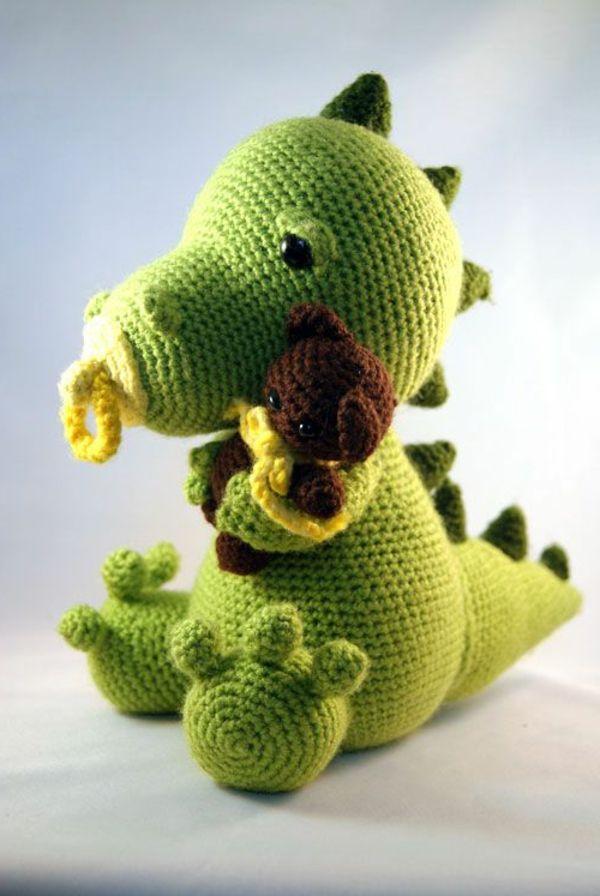 süßes Baby Drache mit Schnuller und kleines Bärchen umarmend