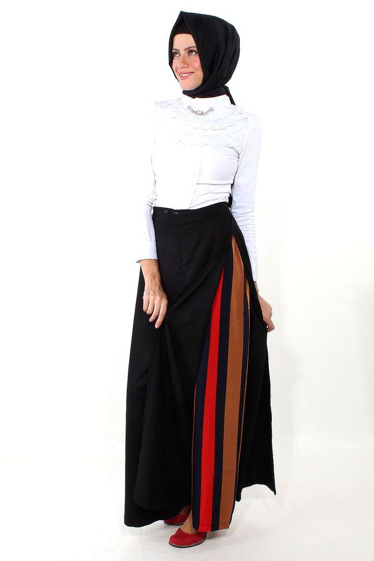 Kovboy Model Siyah Pantolon Etek-Hurisima markasının 105 cm uzunluğunda, astarsız, polyester kumaştan ürettiği bir modeldir. İki ayrı parçadan oluşan ürünün iç kısmında bulunan çizgili pantolon eteğin üzerine kovboy modelindeki ikinci parçası düğmelenerek giyilmektedir.