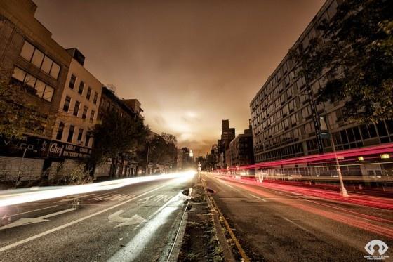 Hoewel de orkaan Sandy verschrikkelijk was voor de inwoners van New York en omstreken heeft het fotografen een kans gegeven om New York in zijn meest onnatuurlijke staat op de gevoelige plaat te zetten: zonder de lichtjes. De fotograaf Randy Scott Slavin is tijdens de stroomuitval de straat op gegaan om deze prachtige foto's met lange sluitertijd te nemen.