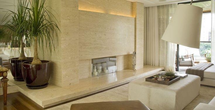 O living decorado pela arquiteta Débora Aguiar ficou ainda mais sofisticado com a instalação da lareira em mármore travertino navona.