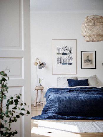 青を取り入れたベッドカバーの風景も落ち着いていておしゃれですね。ちなみに青は、ほかのカラーと比べて質の良い睡眠を作り出してくれる効果が高いのだとか。デザインだけでなく、実用も兼ねるのであれば、積極的に青を取り入れたいですね。