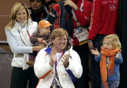 catharinaamalia:  Maxima holding Alexia and Willem-Alexander with Amalia (wearing a scarf way too big for her) cheering on the Dutch team