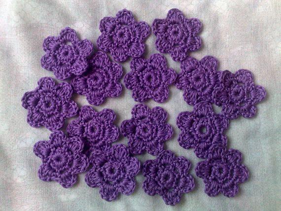 15 kleine Häkelblumen Aufnäher in lila für Scrapbooking und