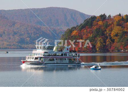 十和田湖に浮かぶ遊覧船と白鳥ボート