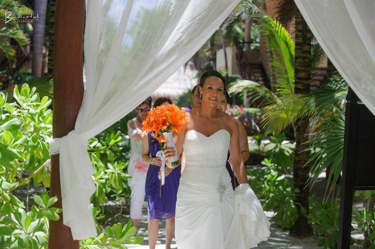 Orange bridal bouquet Gorgeous!  @fiestagroup @bicoastalimages #lizmooreweddings