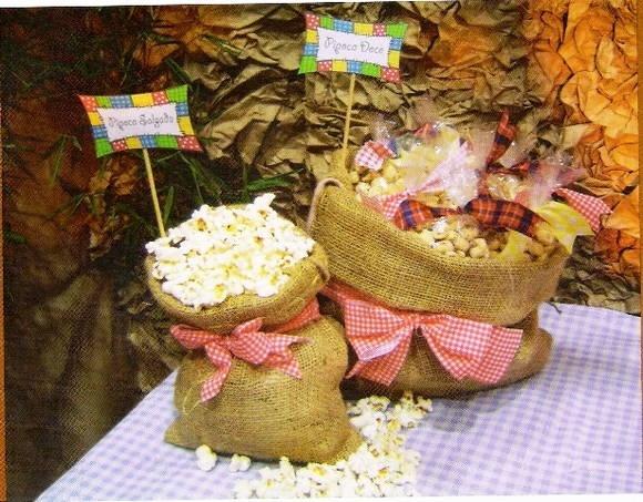 Delicioso kit de festa junina! sacos de estopa (vide foto) com laços decorativos e tags explicativas (para indicar o alimento), Pé de moleque caseiro (50 unidades pequenas) Pirulito de doce de abóbora (50 unidades pequenas) com laço de fita Apoio para pirulitos de abóbora Mini cocadinhas caseiras (, Paçoquinhacaseira no saquinho, Bolo de milho caseiro, 6 laços de tecido xadrez .
