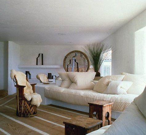 ron-man-beach-house-white-sofa-2.jpg (474×437)