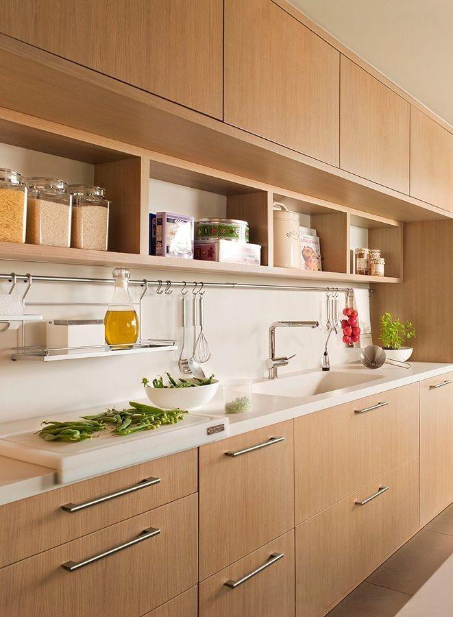 Cocina pequeña con alacenas de madera | muebles | Modern kitchen ...