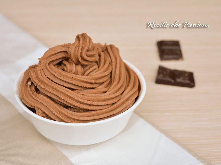 Crema al mascarpone e cioccolato, una crema deliziosa e senza troppe calorie, con cioccolato fondente e mascarpone, perfetta per farcire o decorare dolci.