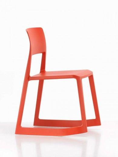 Chaise tip ton rouge  Dossier, assise, piètement : polypropylène. Patin : polyéthylène. Siège : inclinable vers l'avant Empilable : Tip Ton s'empile sur le sol à raison de 4 sièges.  Designer :EDWARD BARBER & JAY OSGERBY Marque :VITRA Couleur :ROUGE Dimensions : L 59cm P 55,5cm H 71,1cm Assise 46,2 cm  #Jbonet #design #Vitra