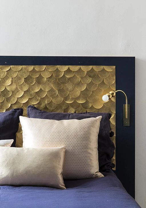 Emilie Lemardeley - Tête de lit en écailles de cuir dorées créée sur mesure et liseuse en laiton Orion.