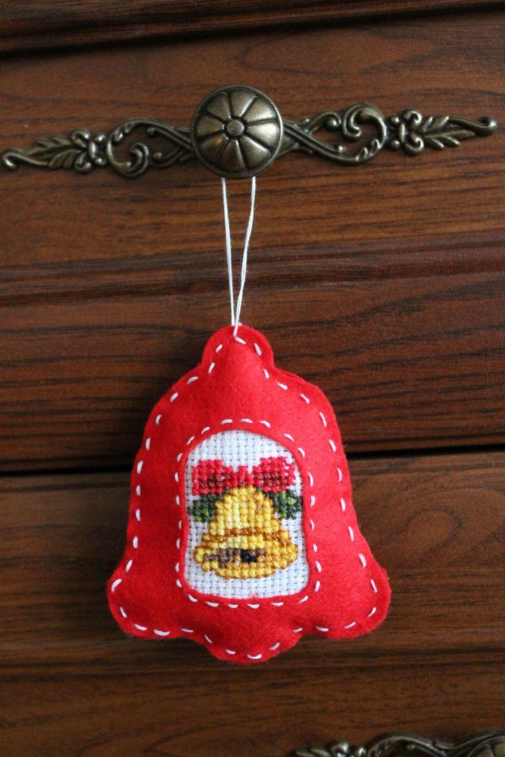 Filcowy dzwoneczek z haftem krzyżykowym