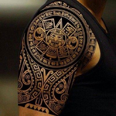 Майянская татуировка в стиле трайбл на плече и бицепсе парня