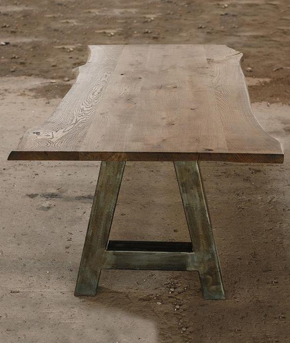 Massief eiken boomstamtafel. Robuuste eiken tafel met metalen onderstel. In diverse kleuren en afmetingen verkrijgbaar.