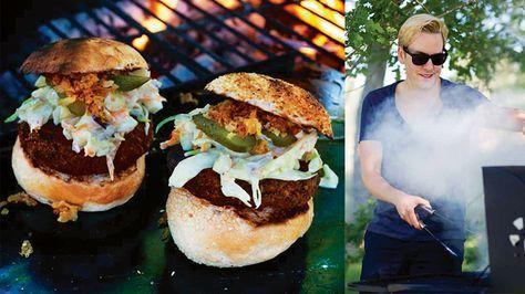 """Här kommer ett recept från grillboken """"Vegan BBQ"""" av Mattias Kristiansson. Kryddiga bönburgare med en krämig Dallassallad, rostad lök och saltgurka. En riktig höjdare!"""