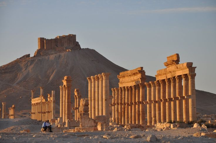 PALMIRA È CADUTA  Anche la città di Palmira, sito patrimonio mondiale, è caduta nelle mani dei terroristi dello Stato Islamico. Palmira fu uno dei principali centri culturali del mondo antico: le architetture risaltano la posizione strategica di incontro tra le varie civiltà, unendo magicamente stili greco-romano alle tradizioni persiane e locali.