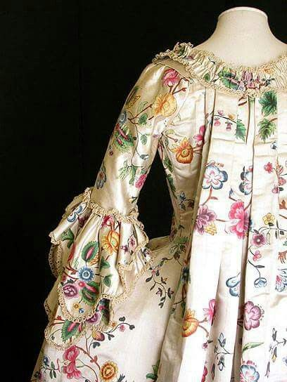 Today's dress/gown is something really different. It is from around 1770 and it's a painted silk dress <3 Quite amazing to think this is painted onto silk, beautiful ;) Credit V&A museum