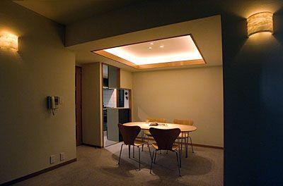 【リフォームO-uccino】『珪藻土の壁を柔らかく照らす間接照明』 ダイニングのリフォーム事例