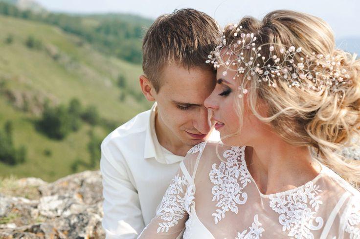 Свадебные и вечерние украшения, короны, гребни  ручной работы. Уникальные украшения, согретые теплом рук мастера с любовью и нежностью для вас милые девушки.  Розовая веточка в прическу