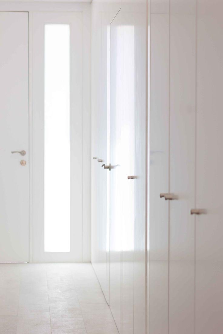 Armario empotrado blanco. Situado en el  recibidor es ideal para guardar abrigos y zapatos. Reforma low cost | Chiralt Arquitectos | Valencia