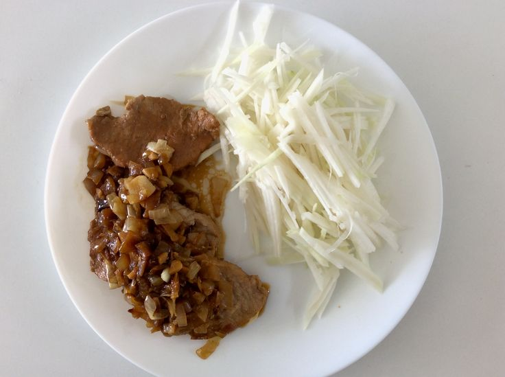 Vepřová kotleta dušená na cibuli a česneku, krouhané kedlubny