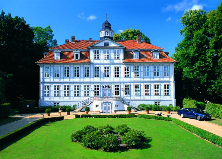 Golfhotel Schloss Lüdersburg  är helt klart en av våra absoluta favoriter! På Schloss Lüderburg har man det verkligen bra. Även om vi varit här massor av gånger, längtar man alltid tillbaka! Lüdersburg har varsamt utvecklats till den fina, genuina golfanläggning den är idag. Här njuter man av en god frukost promenerar till rangen eller till första tee på någon av de två banorna. Spelar golf i ett vackert landskap med sällsynta växter, rovfåglar och storkar som häckar långt ifrån störande…
