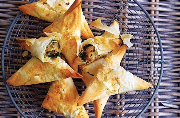 Det kræver lidt behændighed at arbejde med fillodej, men har du først fundet fidusen, kan du få stor glæde af fillodej. Her får en skøn vegetarisk opskrift på indisk samosa med kartoffelfyld.