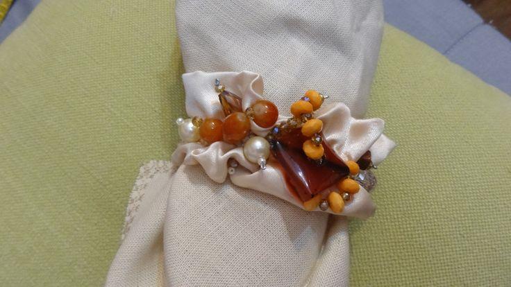 Elegante bracciale realizzato con raso e decorato con perle