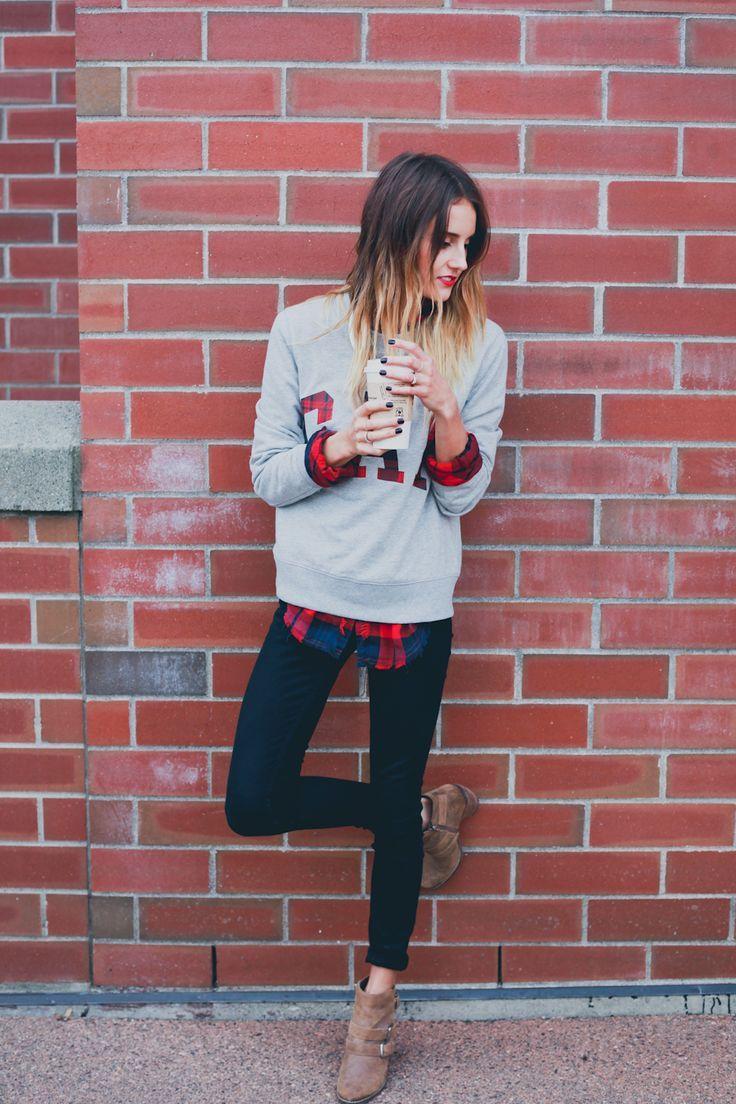 De temperaturen gaan aan het einde van de week weer dalen. Die té warme oversized trui kan dus weer uit de kast... Maar hoe draag je zo'n trui fashionable? 6 manieren op een rijtje op www.thenewgirlintown.com #oversizedsweater #sweaterweather #sweater #oversized #style #styling #fashion #outfit #layers #plaid #tartan #red #blouse