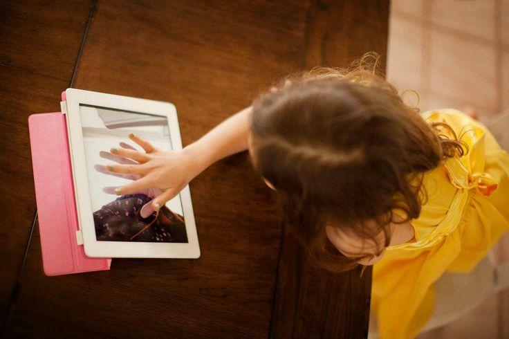 """""""No permitas que los smartphones sean una niñera de tus hijos"""", alerta campaña. Lea más en: http://www.eluniverso.com/vida-estilo/2013/12/02/nota/1866636/no-permitas-que-smartphones-sean-ninera-tus-hijos-alerta-campana #Niños #Hijos #Tecnologia #Tablets #Smartphones #Salud #Psicologia #Familia"""