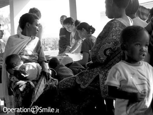 Attualmente, in #Ruanda, si contano circa 4.000 persone, affette da malformazioni cranio-facciali e ogni anno si registrano tra i 250 e 300 nuovi casi. >>>>>>>>>>>> #OperationSmile ha lanciato l'iniziativa #RwandaSmiles che punta a fare del Ruanda, il primo paese africano autosufficiente nella cura delle labio e palatoschisi. Certo non sarà facile ma noi ce la metteremo davvero tutta! >>>>>>>>>>>>  Vuoi saperne di più?