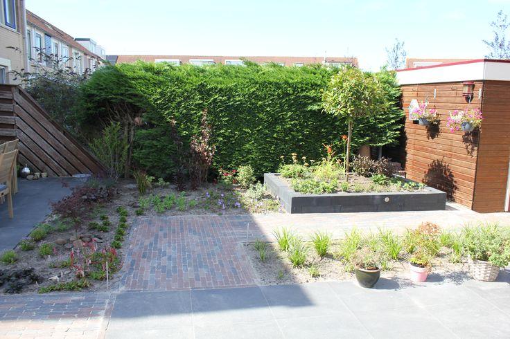 25 beste idee n over verhoogde patio alleen op pinterest draagmuur patio en hellende tuin - Tuin hellende ...