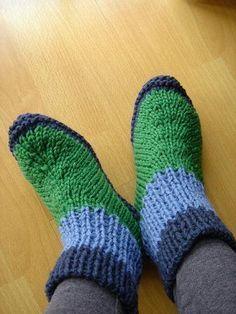 Amo esse padrão! Fácil de tricotar meias. Tricote-os e costure-os juntos. Ve ...