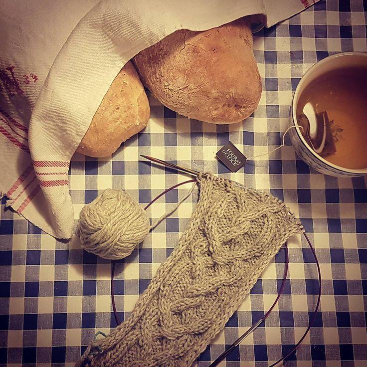 Flätstickning och morgondagens frukost    Knitting and tomorrows beräknats    #stickning #flätstickning #hembakat #bröd #knitting #cableknit #homebaked #bread